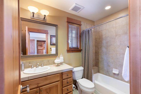12478 Lookout Loop Truckee CA-large-003-001-Bathroom Two-1500x1000-72dpi