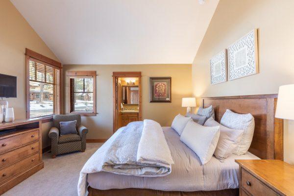 12478 Lookout Loop Truckee CA-large-004-004-Bedroom Two-1500x1000-72dpi
