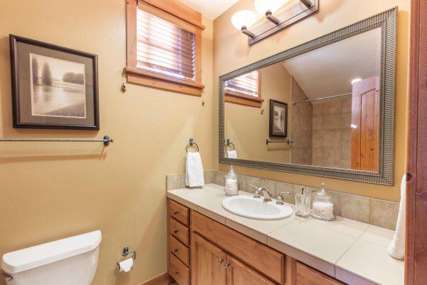 12478 Lookout Loop Truckee CA-large-035-022-Upstairs bathroom-1500x1000-72dpi